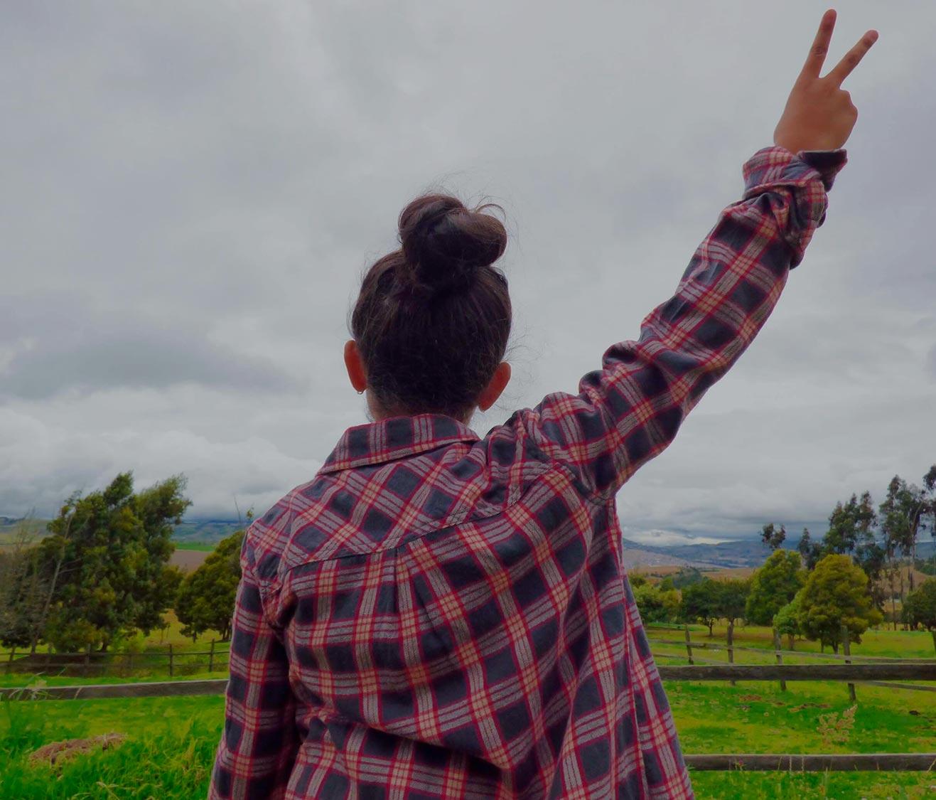 Mujer de espaldas - victoria y libertad